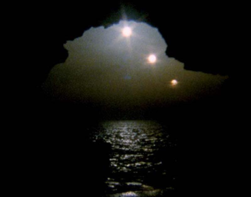 '3 Sis' (3 Suns), 2009, 16mm, 50sec